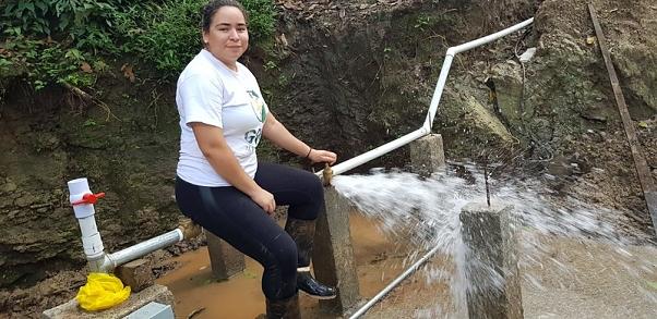 A Nicaraguan participant turns on the water in La Sardina.